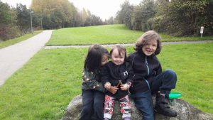 De stolte storebrødre med deres lillesøster Chaska. Lillebror Rumi vil altid have en særlig plads i deres hjerter.